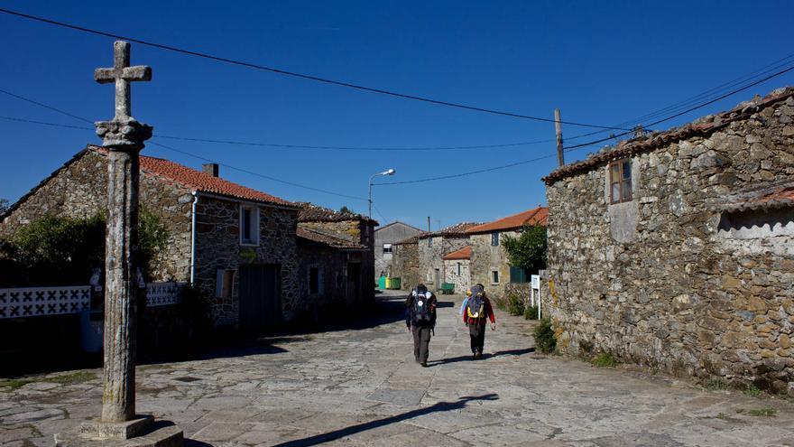 Cruceiro en una de las aldeas de la etapa jacobea entre Portomarín y Melide.