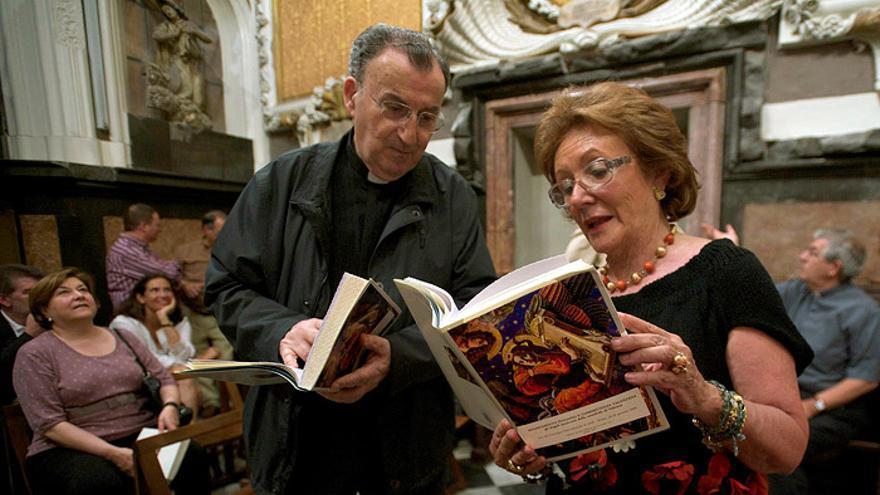 Carmen Pérez observa un libro religioso de la Archidiócesis de València.