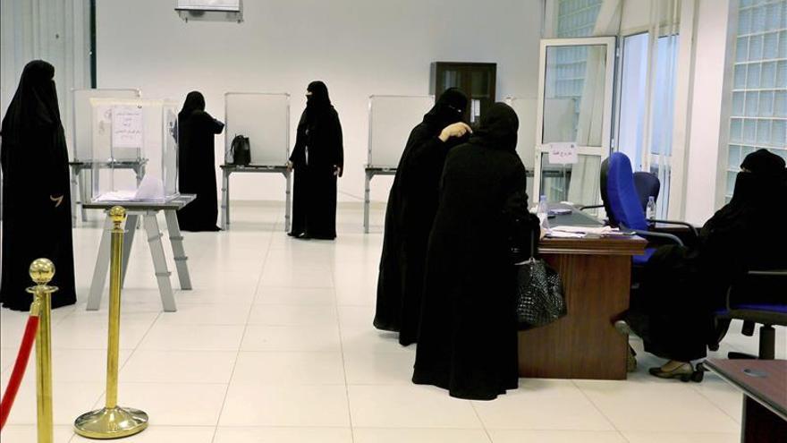 Una mujer elegida por primera vez para los consejos municipales saudíes
