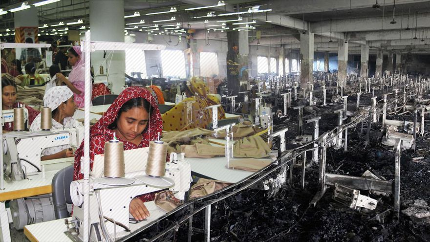 grafica consuma rana plaza Bangladesh-Ayuda_en_Accion-taller_textil_EDIIMA20130430_0594_1.jpg