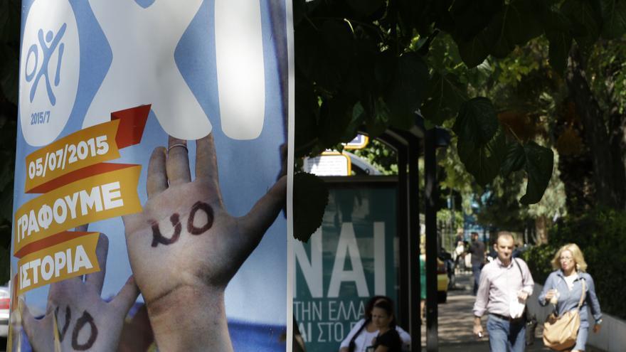 """Carteles con """"NO, estamos escribiendo la historia"""" y """"SÍ a Grecia"""", en Atenas. / Thanassis Stavrakis / AP Photo"""