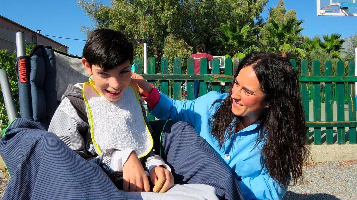 Un alumno con discapacidad intelectual y una educadora en uno de los centros de Educación Especial de la Fundación Futuro Singular Córdoba.