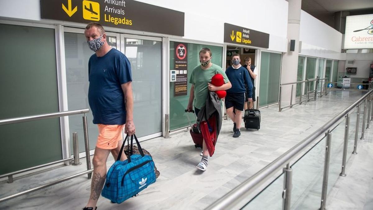 Turistas llegan al aeropuerto de Lanzarote. (EFE)