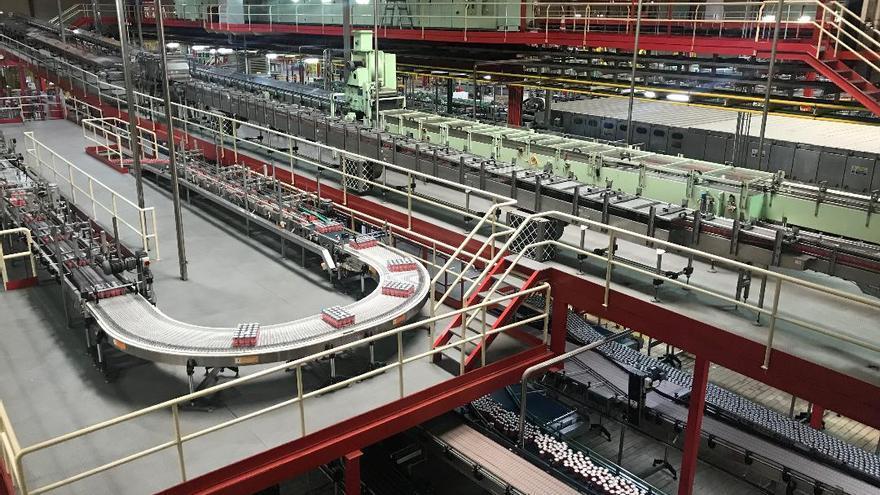 La zona de producción de bebida en latas de la fábrica sevillana.