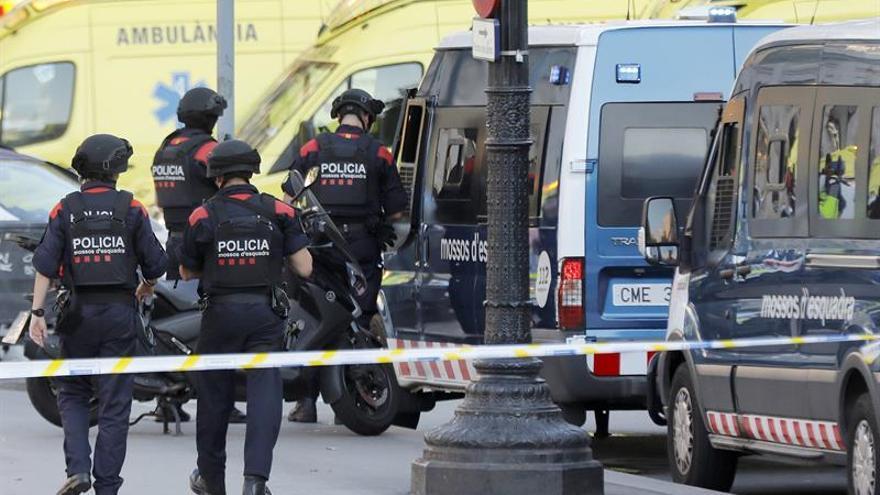 Efectivos policiales en el lugar en el que una furgoneta ha atropellado a varios peatones que paseaban por las Ramblas de Barcelona. EFE/Andreu Dalmau