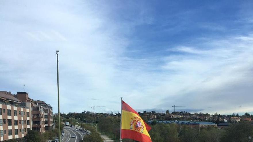 Técnicos municipales instalando una bandera de España en el barrio de Montecarmelo.
