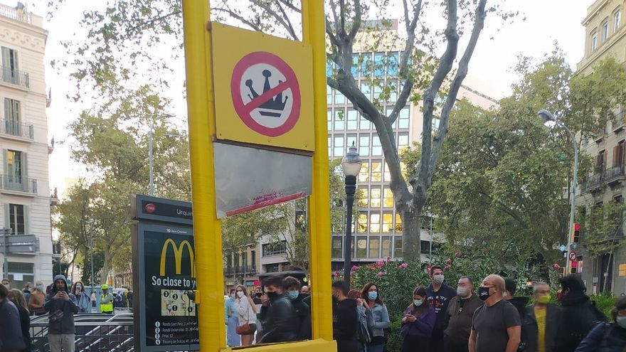 Los CDR colocan una guillotina de cartón con una foto del rey Felipe VI y una cabeza de cerdo en la plaza Urquinaona de Barcelona este sábado.