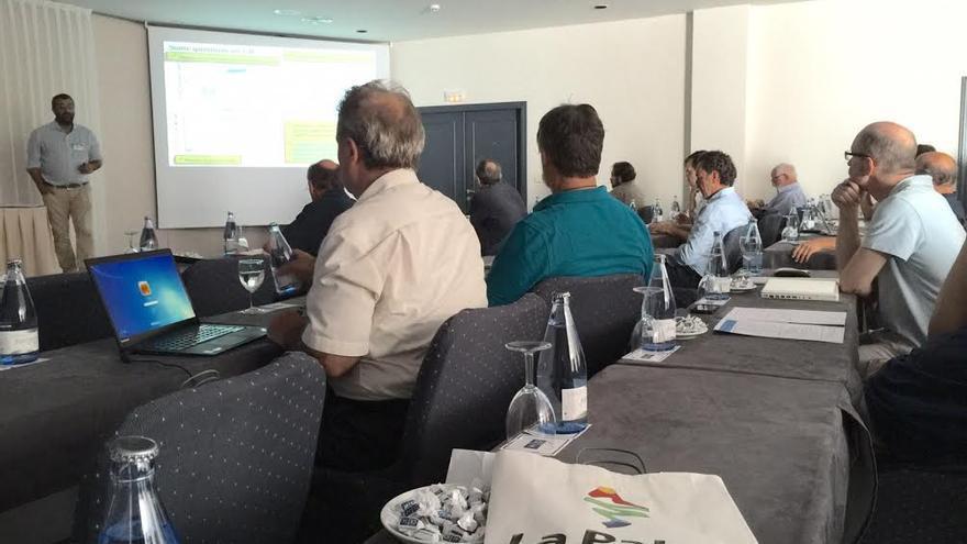 En la imagen, un grupo de científicos durante una de las reuniones de trabajo del congreso sobre el futuro de la investigación de los rayos gamma cósmicos. Foto: EMILIO MOLINARI.