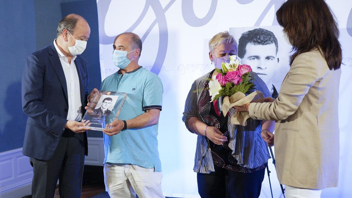 José Antonio Rodríguez Ranz, viceconsejero de Derechos Humanos, Memoria y Cooperación, y Aintzane Ezenarro entregan un recordatorio y un ramo de flores a los familiares de José Miguel Andueza