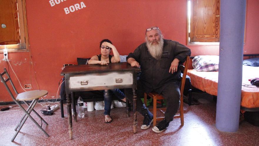 Onofre y Guaya en el garaje en el que viven.