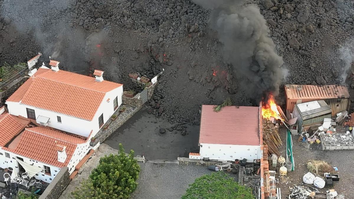 La colada de lava arrasa con varias casas.