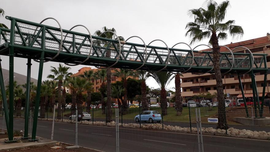Estructura central de la nueva pasarela sobre la avenida Chayofita, en Los Cristianos