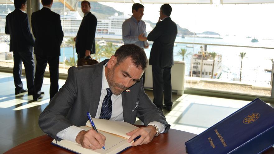 El alcalde de Cartagena, José López, firmando el convenio con la UPCT