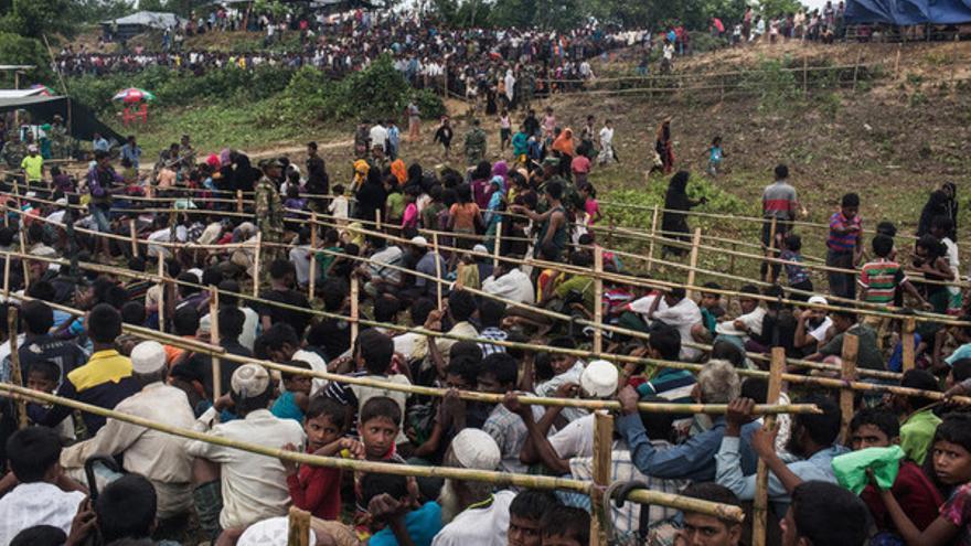 La población rohingya espera a recibir la ayuda humanitaria en un campo en Bangladesh © Andrew Stanbridge / Amnesty International