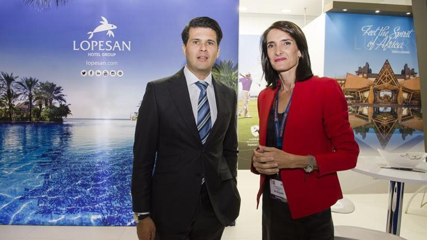 Francisco López, consejero delegado de Lopesan, junto a la consejera de Turismo, María Teresa Lorenzo.