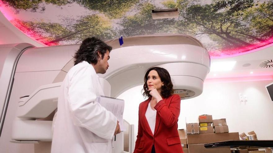 La candidata Isabel Díaz Ayuso en una visita al hospital de Fuenlabrada. / PP