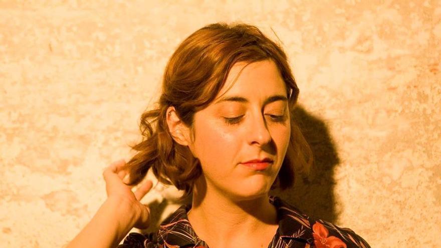 La escritora y periodista Lucía Lijtmaer publica su primera novela, 'Casi nada que ponerte'