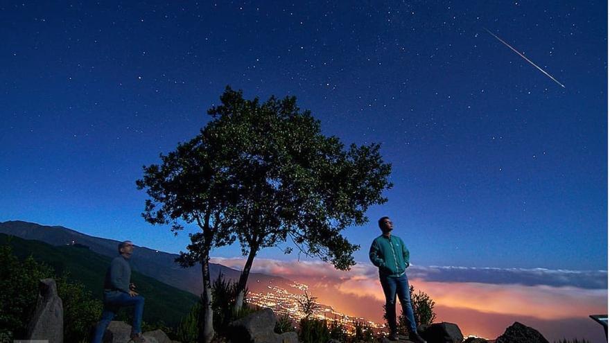 Composición de dos fotos de las Perseidas captadas desde el mirador astronómico de El Llano de La Venta, en el municipio de Breña Baja,
