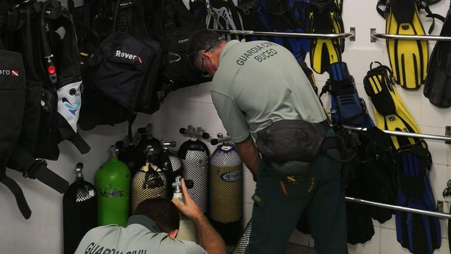 Agentes de la Guardia Civil durante la inspección.