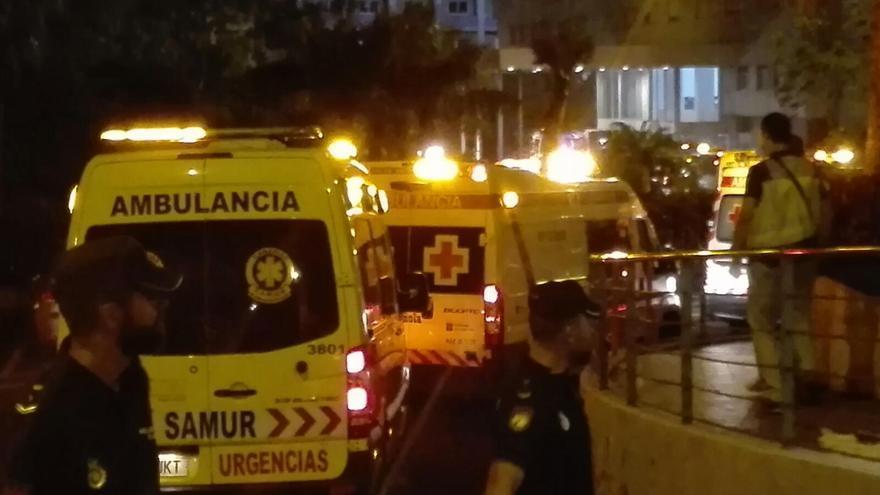 Despliegue masivo de ambulancias tras decretarse la alerta máxima por el incendio en el centro sanitario
