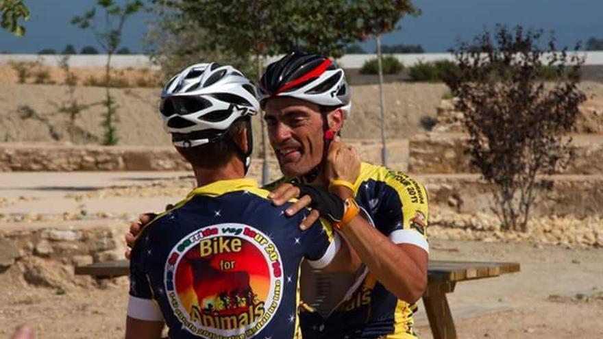 Paolo Barbon y Pedro Jesús López Toribio, ciclistas de Bikes for Animals.