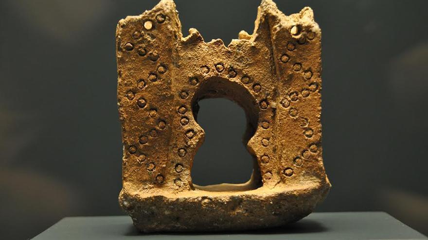 Maqueta de puerta andalusí de terracota encontrada en las excavaciones de la casa de san Isidro.