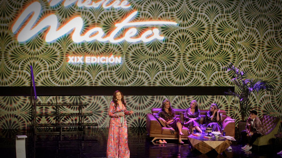 La presentadora del evento, Lucía Veiga, junto al grupo The Vacas, en los Premios Mestre Mateo que celebran este año su XIX edición.