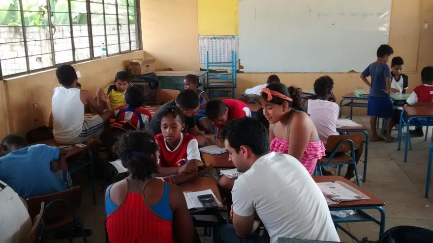Los educadores del proyecto tratan a diario con los niños y niñas con el fin de brindarles apoyo escolar (Ayuda en Acción)