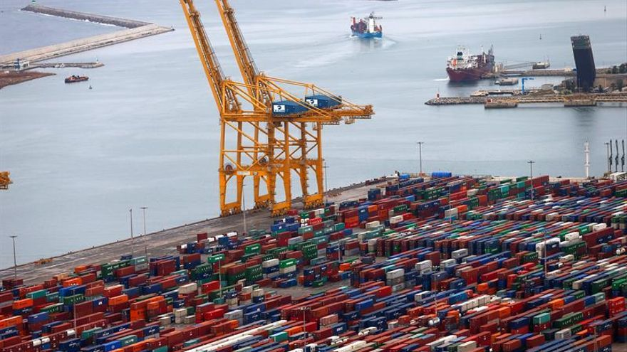 Los estibadores de Barcelona deciden no operar el barco que aloja a los agentes de policía