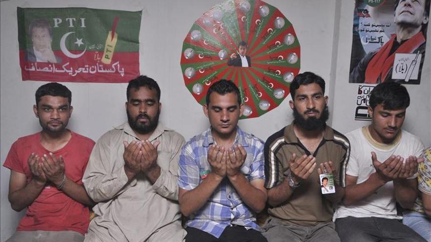 El candidato paquistaní Imran Khan herido en la cabeza al caer de un estrado