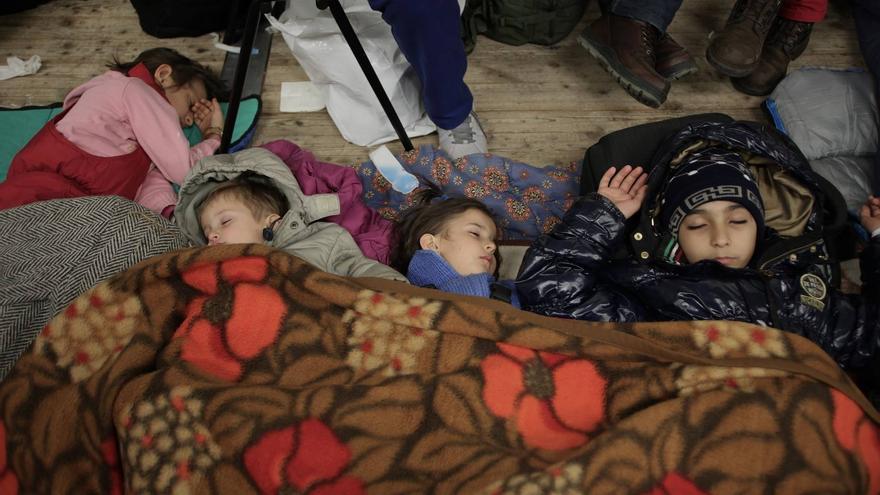 Niños y niñas duermen en el duro suelo de la carpa frente a la oficina de salud y asuntos sociales de Berlín.