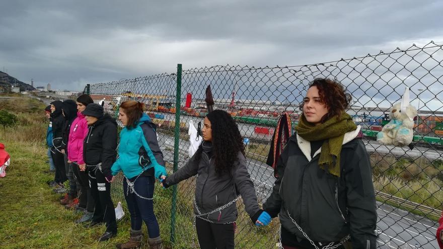 Mujeres del Movimiento Feminista se encadenan a las vallas del Puerto de Bilbao.