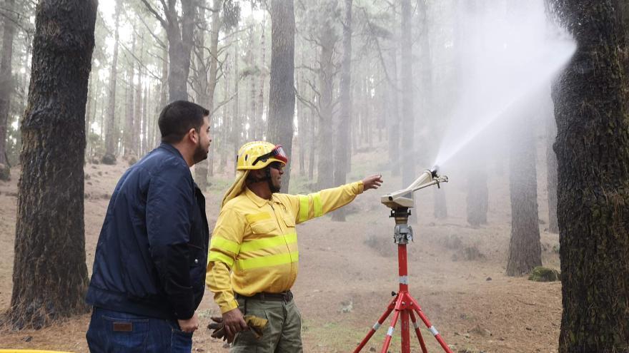El consejero de Medio Ambiente del Cabildo de La Palma , Borja Perdomo, se trasladó hasta el Parque Natural de Cumbre Vieja para comprobar de primera mano el correcto funcionamiento del sistema de a red contraincendios.