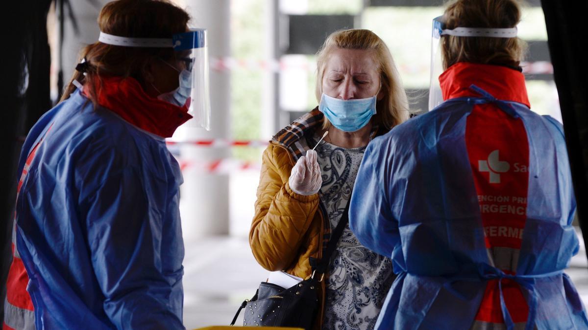 Una mujer se somete a una prueba PCR en Valladolid. EFE/Nacho Gallego/Archivo