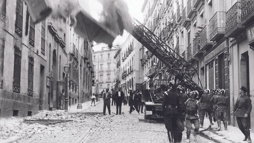 The book that rescues the history of the Madrid firefighters in the Civil War: from putting out soot fires to the ravages of howitzers and unearthing corpses