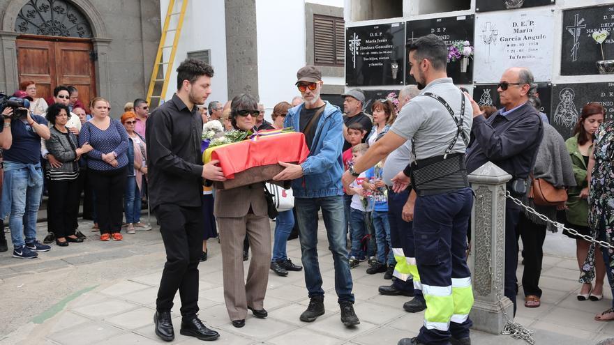 Pino Sosa con los restos mortales de su padre, José Sosa Déniz, a quien da sepultura 82 años después.