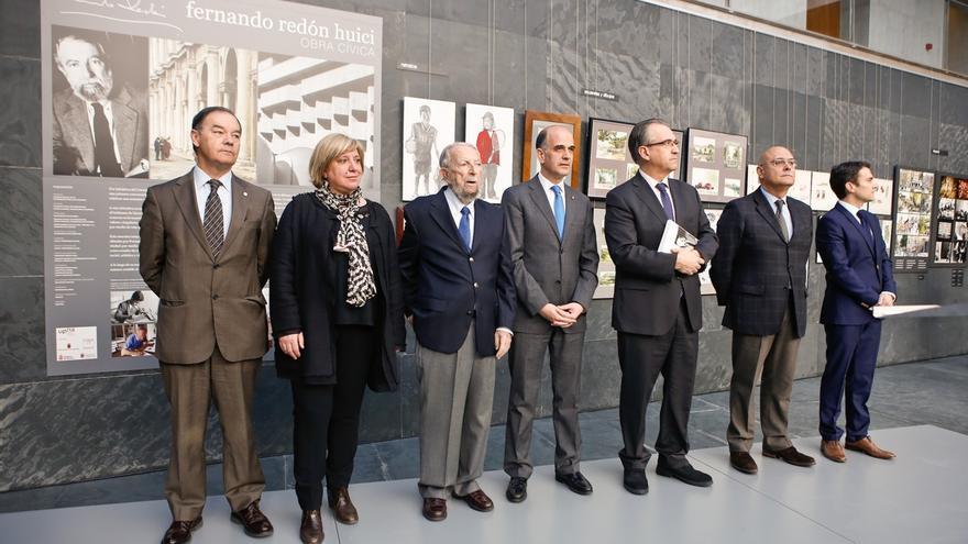 Una exposición antológica resume en el Parlamento de Navarra la obra cívica de Fernando Redón
