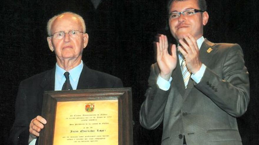 El ex senador por Gran Canaria, Hijo Predilecto de la Ciudad de Gáldar, Juan Quesada López (i), falleció este sábado a los cien años de edad.