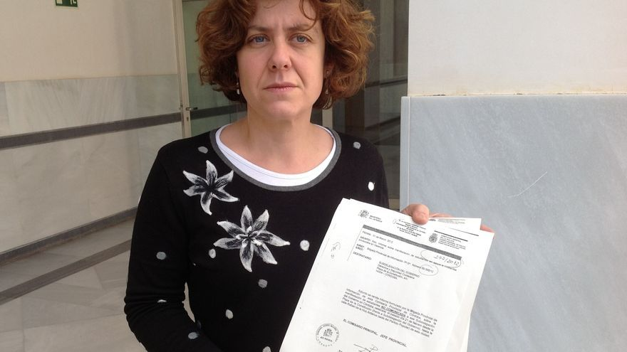 Alba Doblas, diputada de IU en Andalucía, con el informe policial donde constan sus datos personales