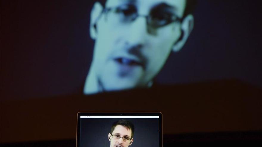 Snowden llama a defender los derechos ciudadanos al recibir el Premio de la Paz de Stuttgart