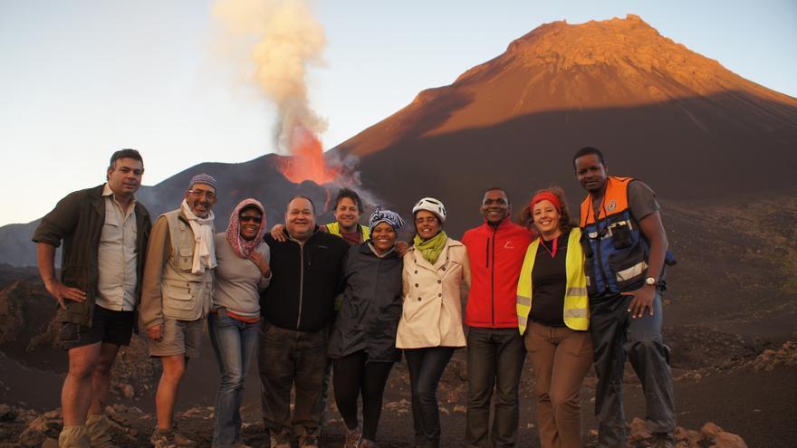 Científicos canarios estudian las emanaciones de gas en un volcán de Cabo Verde.