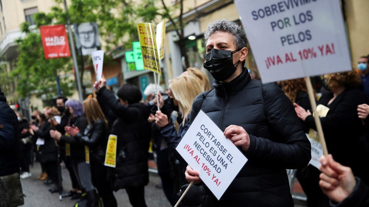 Trabajadores de peluquerías y centros de estética durante una protesta