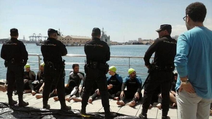 La Policía Nacional procede a identificar a los participantes en la iniciativa antimilitarista.
