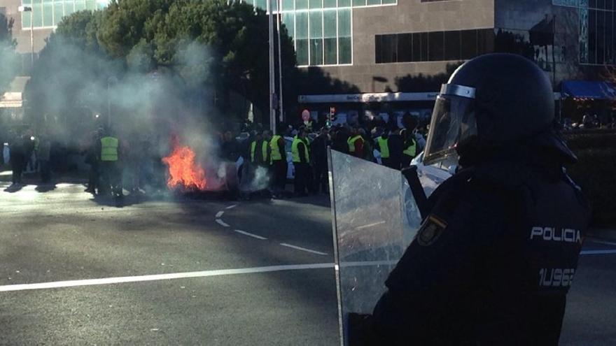 Cortes de tráfico y quema de contenedores en la protesta de los taxistas en Fitur. TERESA CÁRDENAS