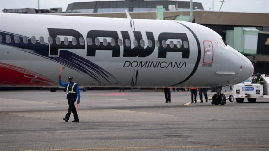 Un avión que despegaba de San Juan regresa por la explosión en un motor
