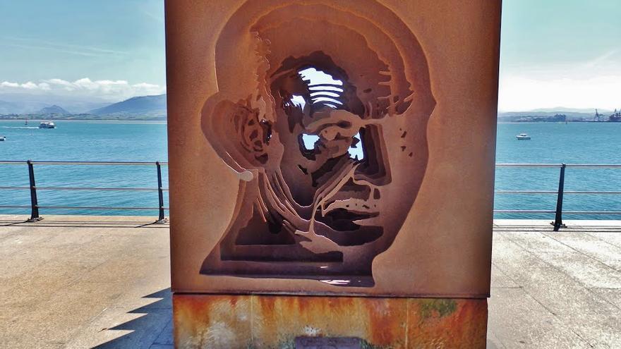 En 1982 José Hiero fue nombrado hijo predilecto de Cantabria. El poeta siempre estuvo muy ligado a Santander, ciudad a la que evocó en muchos de sus poemas. En la fotografía, monumento en su honor en Puertochico, frente a la bahía de Santander.