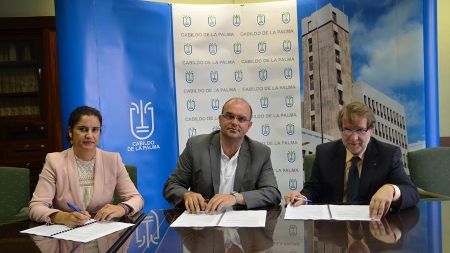Jovita Monterrey, Anselmo Pestana y Lucas López, en la firma del convenio.