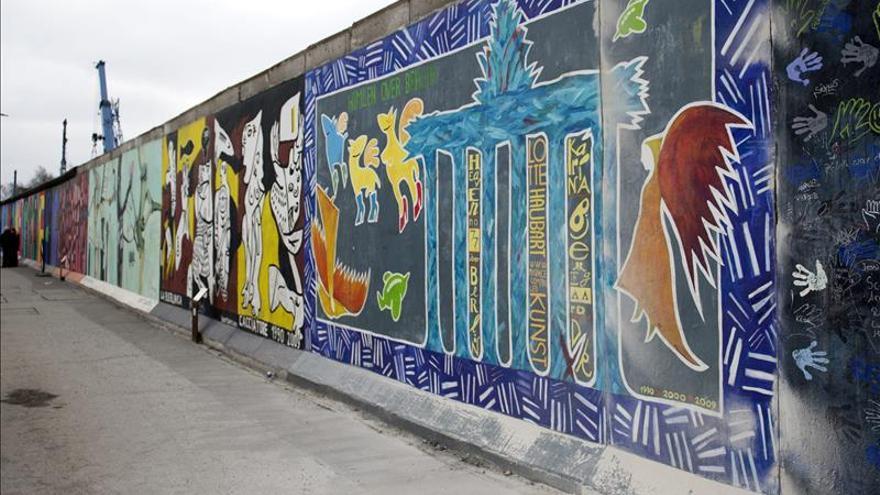 Vista general de la zona del East Side Gallery del Muro de Berlín. / Efe