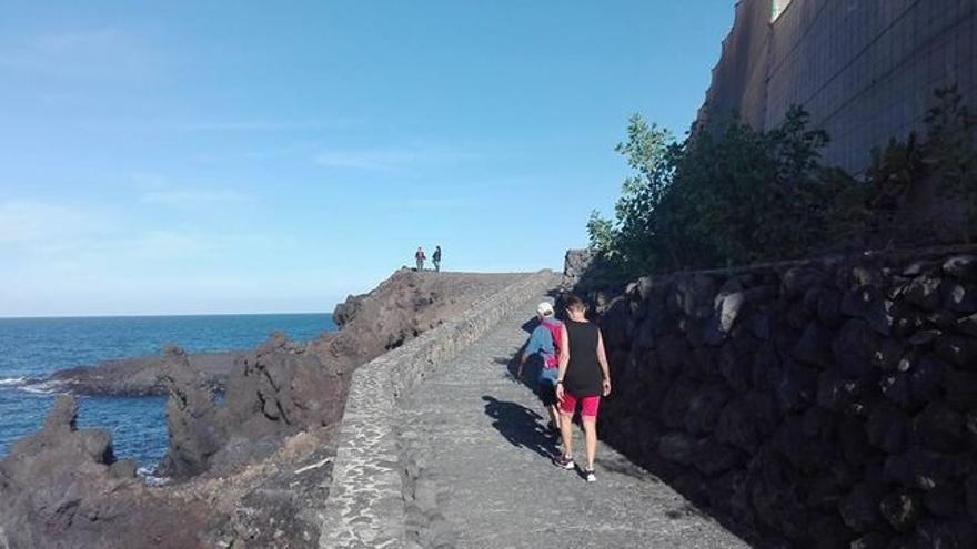 En la imagen, paseo que une la playa de Los Guirres y El Charcón.