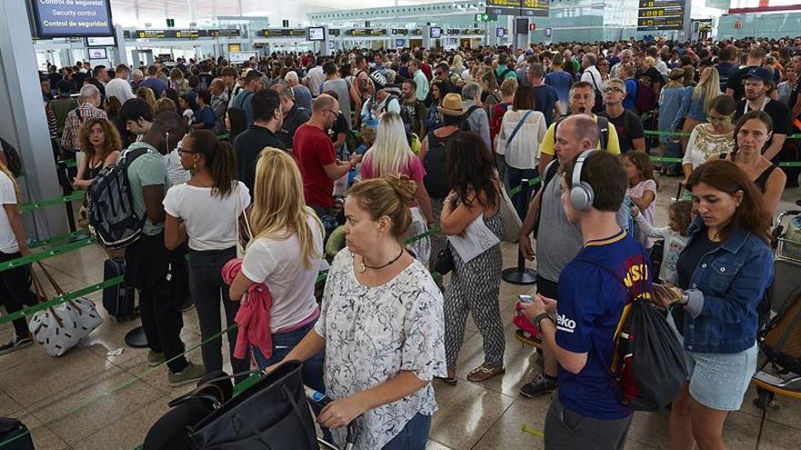 Las colas se han convertido en la fotografía habitual en el aeropuerto de El Prat